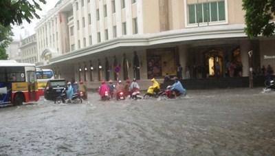 Mưa lớn tại Hà Nội làm nhiều tuyến phố ngập nặng