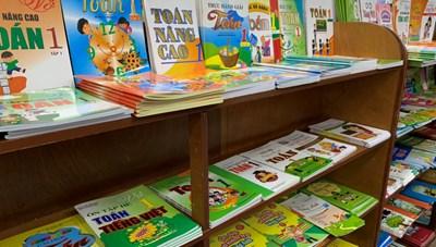 Đầu năm học, phụ huynh 'mỏi mắt' tìm sách đúng yêu cầu cho con