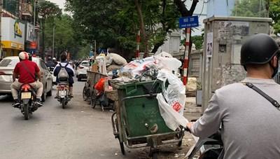 Đẩy nhanh tiến độ vận chuyển rác ra khỏi các điểm tập kết tại Hà Nội
