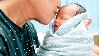 Tránh nguy cơ nhiễm virus RSV: Tuyệt đối không 'thơm' vào mặt trẻ