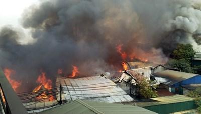 Hàng chục xưởng gỗ ở làng nghề Hữu Bằng cháy lớn