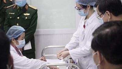Việt Nam bắt đầu tiêm mũi 2 vaccine Covid-19 liều 25mcg cho 3 người