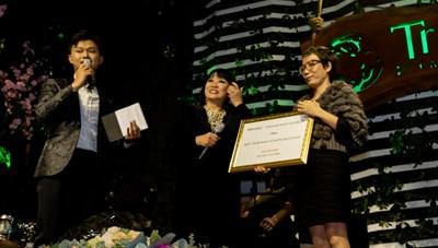 Cẩm Vân trao tặng chi phí phẫu thuật 200 triệu đồng cho Quỹ 'Thiện Nhân và những người bạn'