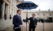 Tổng thống Pháp từ chối để trợ lý cầm hộ ô