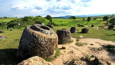 Những bí ẩn lạ lùng về cánh đồng chum cổ ở Lào