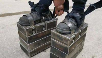 Đi 'giày sắt' 150 kg luyện sức khỏe