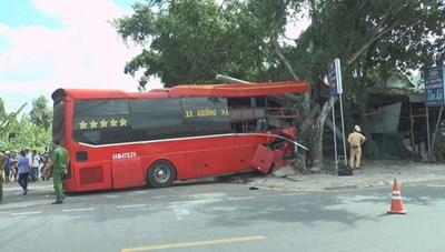 Xe khách lao vào đoàn xe đạp làm 3 người chết, 4 người bị thương