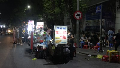 Chợ đêm tự phát, người dân bức xúc