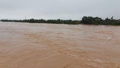 Miền Trung tiếp tục mưa lớn, cảnh báo lũ trên các sông