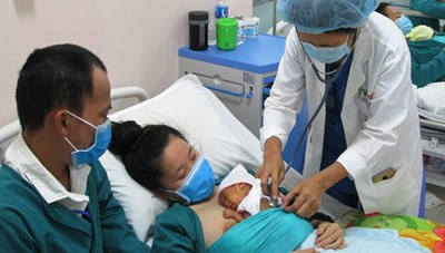 Cứu sống bé gái sinh non nặng 700 gram