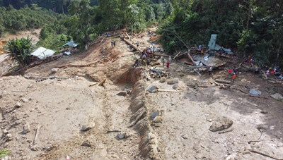 [Infographics] Hình ảnh các điểm sạt lở núi trước và sau thảm họa