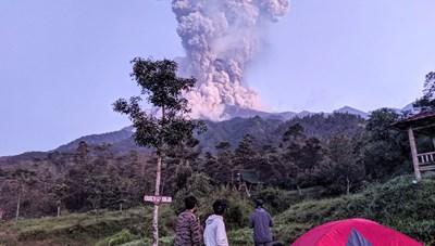 Indonesia tăng mức cảnh báo núi lửa Merapi