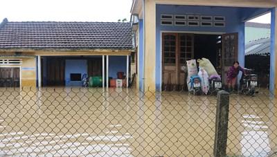 Bão số 10 gây mưa to, nhiều nơi bị ngập