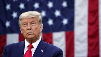 Mái tóc bạc màu của Trump gây chú ý