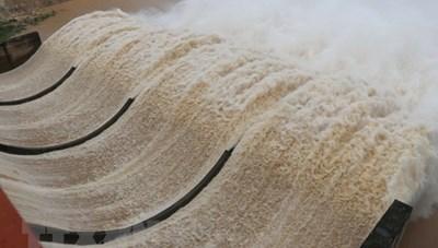 Cưỡng chế Thủy điện Thượng Nhật phải mở 5 cửa van để ứng phó bão số 13
