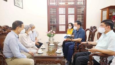 Chủ tịch Quốc hội Vương Đình Huệ thắp hương tưởng niệm ông Lê Quang Đạo