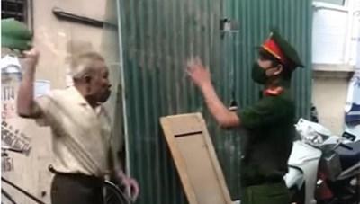 Hà Nội: Chuyển hồ sơ lên Công an quận vụ 'cụ ông dùng mũ cối đánh cảnh sát'