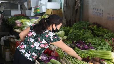 Hà Nội: Giá rau xanh tăng 'phi mã' do mưa kéo dài