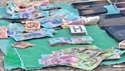 Thu giữ trên 100 triệu đồng và 18 điện thoại của nhóm đánh bạc trái phép giữa đại dịch