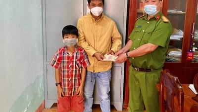 Đăk Lắk: Đi chăn bò nhặt được 19 triệu đồng, cậu học sinh trả lại người đánh mất