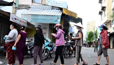TP Hồ Chí Minh phát thẻ đi chợ cho người dân