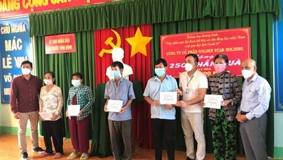 Trao quà cho đồng bào khó khăn tại tỉnh Long An