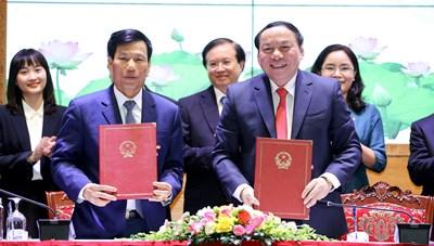 Bàn giao nhiệm vụ Bộ trưởng Bộ Văn hóa cho ông Nguyễn Văn Hùng