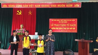 Trao tặng sách cho người dân Đồng Tâm