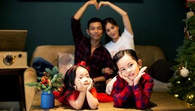 Vợ chồng Khánh Thi – Phan Hiển ngọt ngào trong bộ ảnh Noel