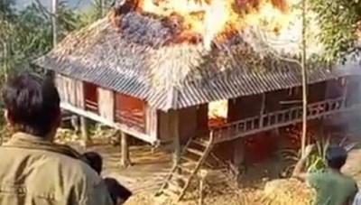 Ngôi nhà của một gia đình nghèo ở bản Nghèo bốc cháy