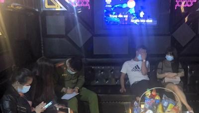Cho khách cùng 'tay vịn' vào hát trong đợt dịch, chủ quán karaoke bị phạt 25 triệu đồng