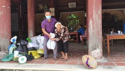 Hai ông bà hơn trăm tuổi chống gậy mang gạo ủng hộ TP Hồ Chí Minh