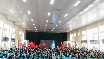Hàng vạn người đội mưa tiếp sức cho tân vô địch đường lên đỉnh Olympia 2020