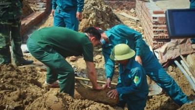Đào móng nhà phát hiện bom nặng hơn 1 tạ