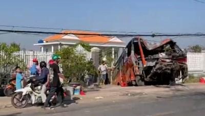 Xe chở công nhân gặp nạn, tài xế tử vong, nhiều người bị thương,