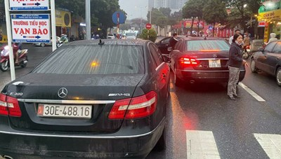 Điều tra vụ việc hai xe ô tô cùng biển kiểm soát lưu thông trên đường