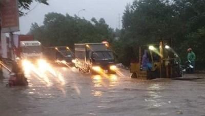 Đại lộ Thăng Long ngập như sông, ô tô xe máy 'bì bõm' lội