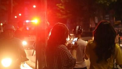 Người dân vây kín xem Công an truy bắt người bố bạo hành con gái 6 tuổi