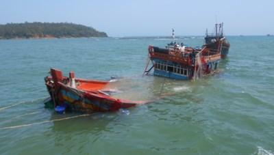 Tàu câu mực Quảng Ngãi bị tàu lạ đâm chìm trên biển