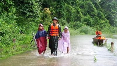 Mưa lũ ở miền Trung: Nước các dòng sông vẫn lên cao