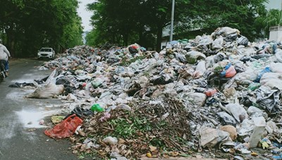 Hà Nội: Hàng trăm tấn rác thải bủa vây các tuyến đường quận Nam Từ Liêm