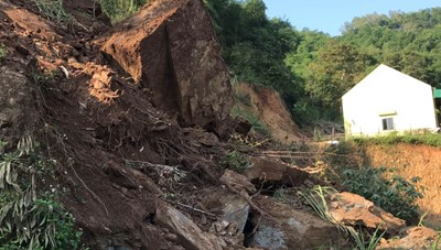 Hàng vạn khối đất đá dọa đổ sập xuống nhiều nhà dân sau mưa lũ