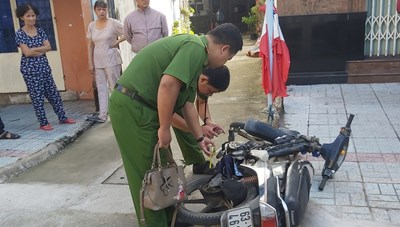 Nữ giáo viên bị cướp giật giỏ xách trên đường tới trường dự lễ 20-11