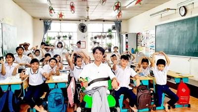 Nghị lực phi thường của 'thầy giáo xe lăn'