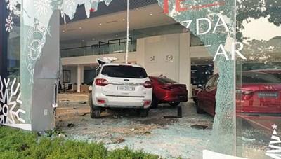 Nữ tài xế 'đại náo' showroom ô tô, tông 1 người nguy kịch