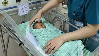 Bé sơ sinh bỏ rơi dưới hố ga ở Hà Nội bị xẹp phổi