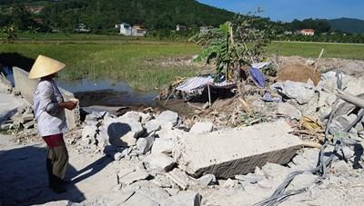 Thanh Hóa: Mỏ đá nổ mìn làm sập cổng, vùi lấp lúa của người dân