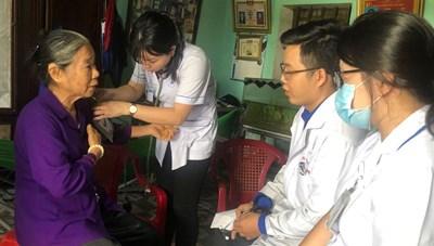 Khám bệnh, trao quà cho các gia đình chính sách tại Tây Ninh