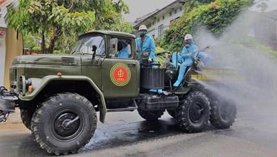 [VIDEO] Xe quân sự phun hóa chất khử trùng phố cổ Hội An