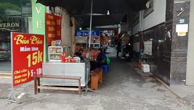 [ẢNH] Hà Nội: Quán ăn, trà đá vỉa hè vẫn mở bán tràn lan